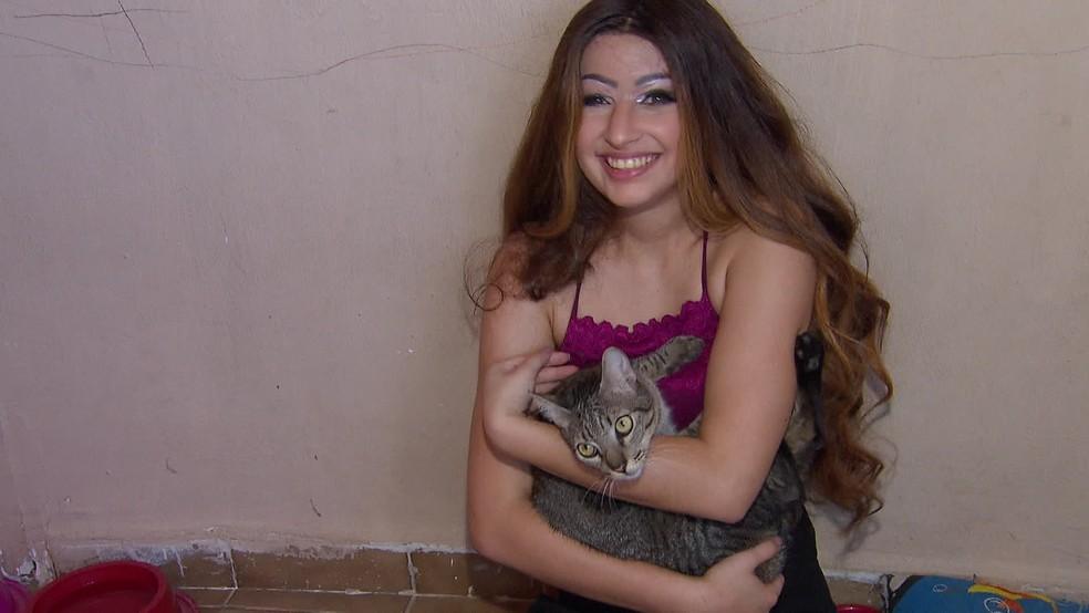 Após 'dia de princesa', Débora Dantas curtiu seus gatos em casa — Foto: Reprodução/TV Globo
