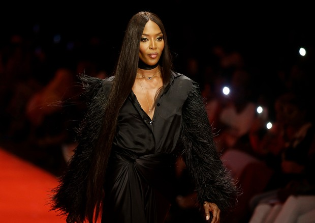 Mandatory Credit: Photo by Sunday Alamba/AP/REX/Shutterstock (9489086q)British model Naomi Campbell displays an outfit by designer Tiffani Amber during the ARISE Fashion Week event in Lagos, NigeriaFashion, Lagos, Nigeria - 01 Apr 2018 (Foto: Sunday Alamba/AP/REX/Shutterstoc)