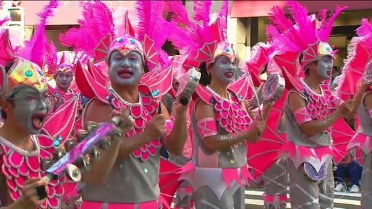 Desfile de escolas de samba reúne 500 mil pessoas nas ruas de Tóquio