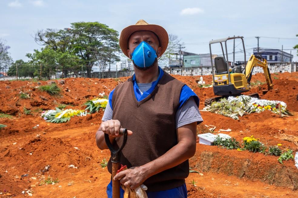 Adenilson Costa trabalha há 25 anos como sepultador no cemitério Vila Formosa, o maior da América Latina, e sentiu o impacto do pico da pandemia em sua rotina — Foto: Celso Tavares/G1