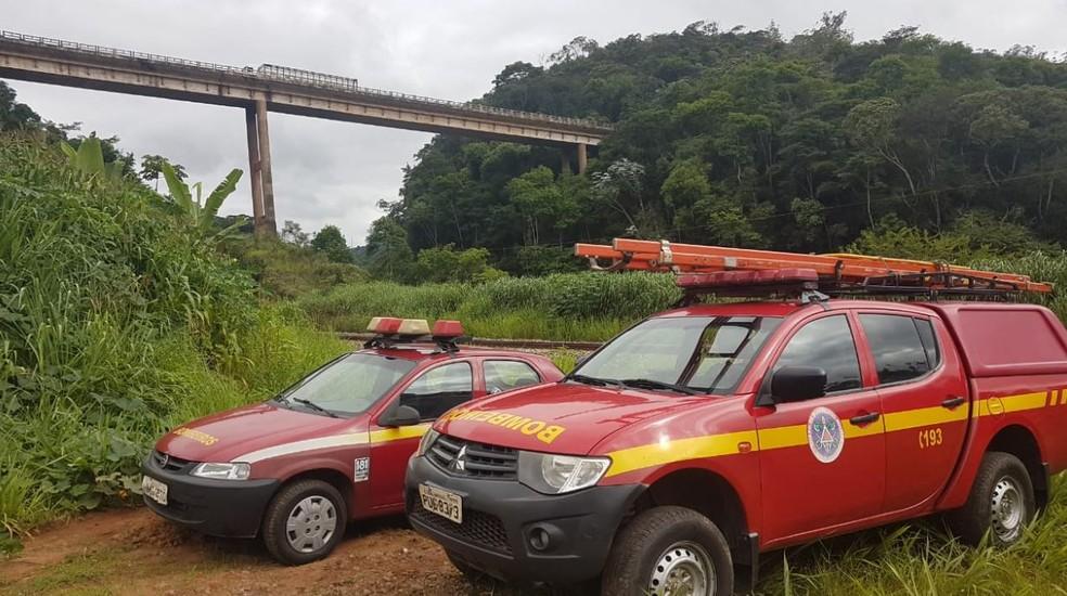 Bombeiros tentam localizar desaparecidos de caminhão que caiu no Rio Piracicaba, em Minas Gerais — Foto: Flávia Cristini/TV Globo