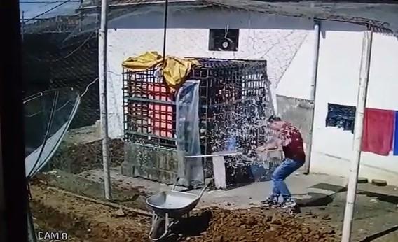 Preso em 'jaula' joga água em policial para pegar pacote arremessado no pátio de delegacia do Paraná: VÍDEO - Noticias