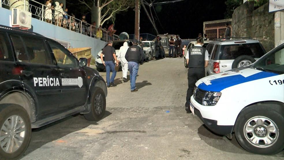 Policiais civis e militares estiveram no Morro da Piedade na noite desta quinta-feira (11) após o ataque — Foto: Reprodução/TV Gazeta