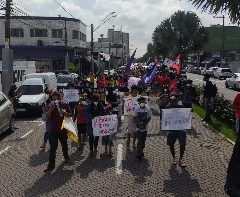 Manifestantes fizeram passeata em Praia Grande, SP, na manhã deste sábado (3) — Foto: Reprodução