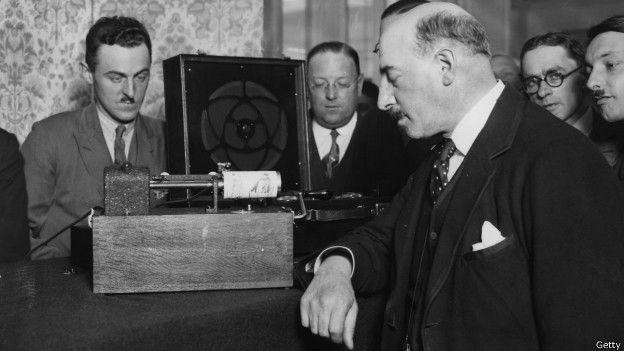 Nas primeiras décadas do século 20, as máquinas de fax eram muito usadas nos jornais para transmitir fotografias urgentes (Foto: Getty Images via BBC News Brasil)