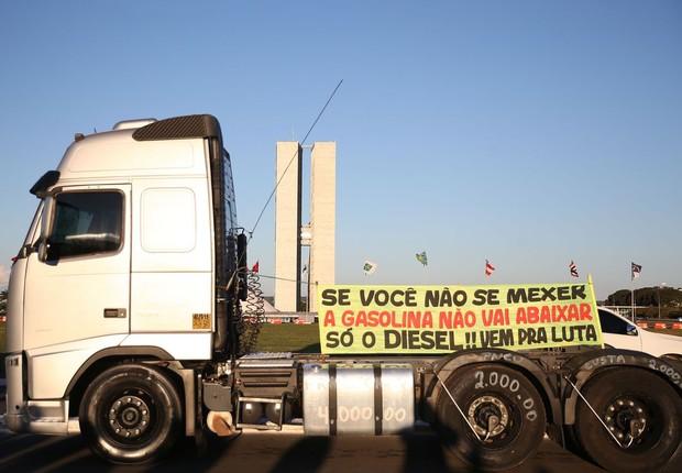 Motoristas de guincho protestam na Esplanada dos Ministérios - greve - diesel - combustível  (Foto: Marcello Casal jr/Agência Brasil)