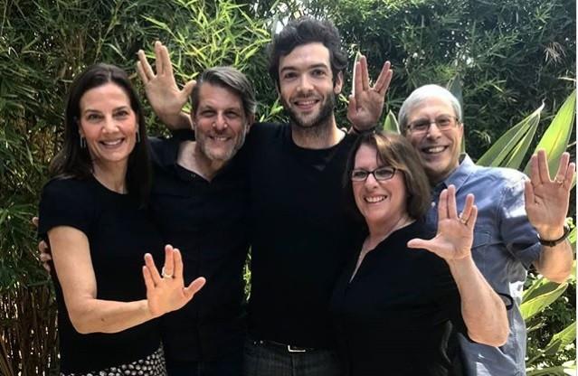 O ator Ethan Peck (ao centro) em publicação no Instagram (Foto: Reprodução/Instagram)