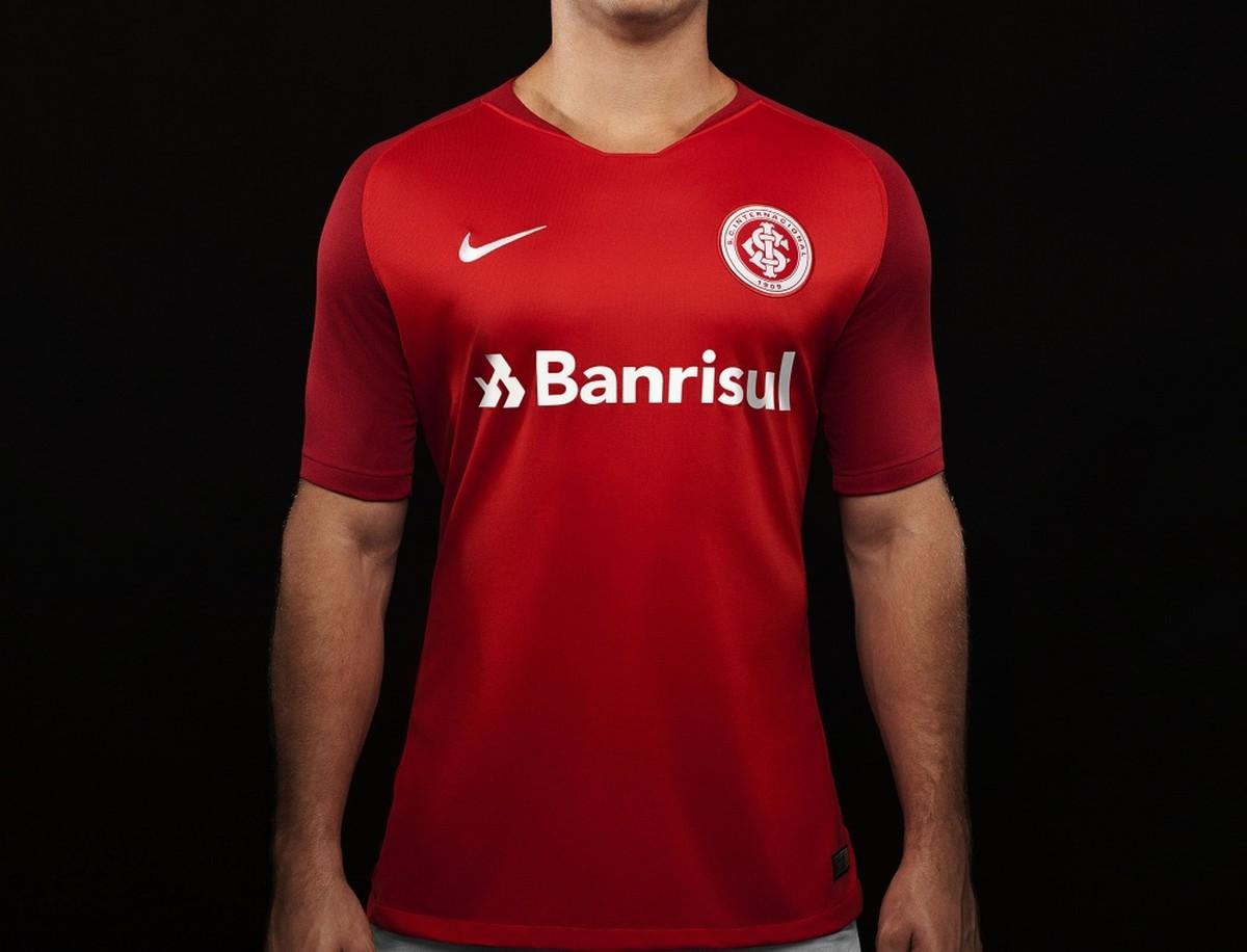 Inter apresenta nova camisa com dois tons de vermelho para 2018 ... 87d9d5a1d787f