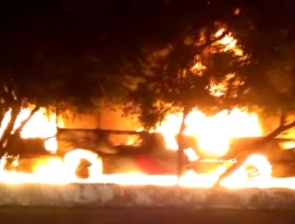 Ônibus foram destruídos pelas chamas em ataques ocorridos em Fortaleza (Foto: Reprodução)