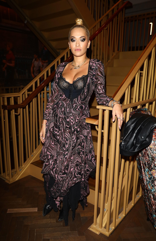 A cantora Rita Ora com o decote ousado utilizado por ela em evento realizado em Londres (Foto: Getty Images)