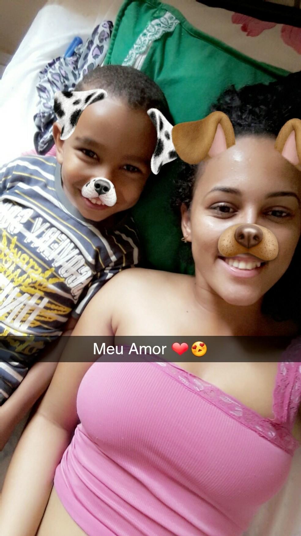 Laira guarda várias fotos no celular com Luiz (Foto: Laira Sandriane Rodrigues Silva/ Arquivo pessoal)