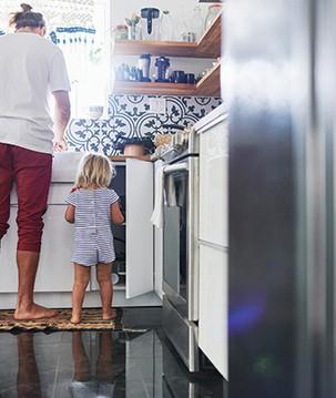 Tarefas domésticas: o que a criança aprende com cada atividade
