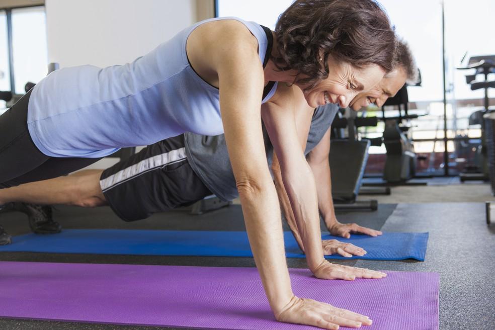 Exercícios como a ponte são bons para fortalecer o músculo glúteo médio (Foto: Getty Images)
