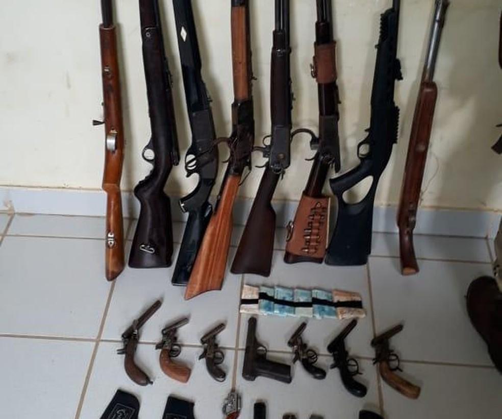 Armas apreendidas pela polícia no oeste da Bahia — Foto: Divulgação/SSP-BA