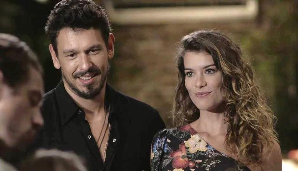 Daniel (Rafael Cardoso) e Isabel (Alinne Moraes) se conhecem em 'Espelho da Vida' — Foto: TVGLOBO