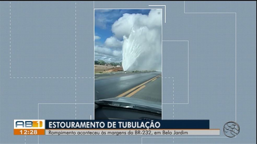 Estouramento de tubulação da Adutora do Agreste foi registrada na BR-232 — Foto: TV Asa Branca/Reprodução