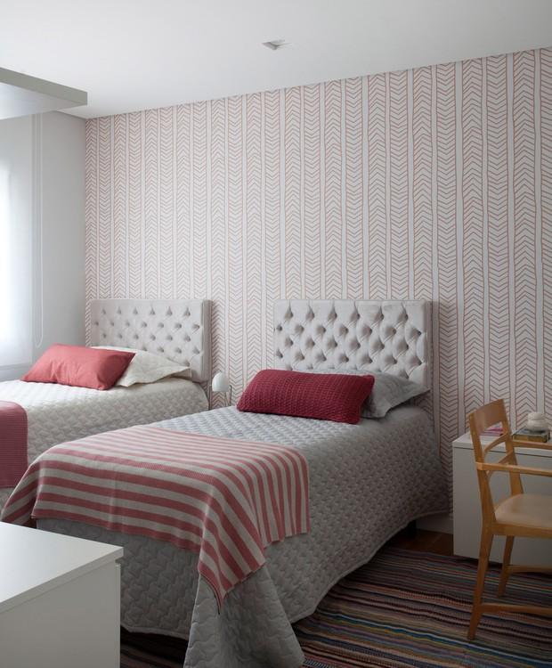Branco, cinza e rosinha colorem o quarto das meninas. O papel de parede é da linha Fetiche + Rosenbaum para Branco. Móveis da Ornare (Foto: Marco Antônio/Divulgação)