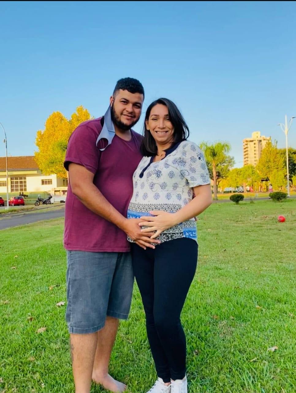 Barbeiro morre por Covid em SC dias após saber do nascimento do primeiro filho: 'Arrancou os tubos e disse que ia para casa ver', diz viúva