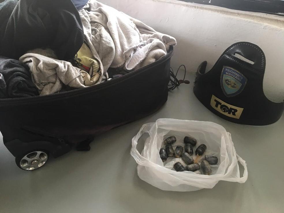 Passageiro de ônibus é flagrado com cápsulas de cocaína em Itu — Foto: Polícia Militar/Divulgação