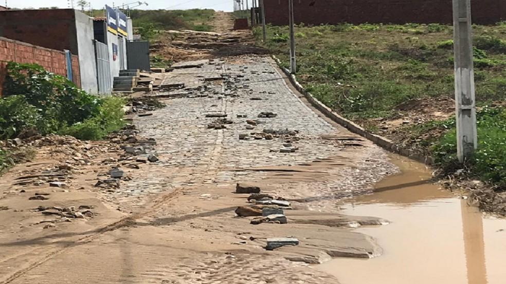 Ruas de vários bairros de Farias Brito ficaram destruídas. — Foto: Edson Freitas/TV Verdes Mares