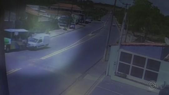 Trenzinho é atingido por carro em avenida de Guareí; vídeo