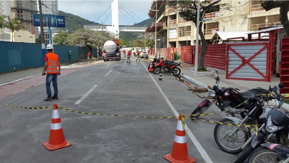 Avenida ficou fechada para remoção do material  (Foto: Luiz Souza/NSC TV)