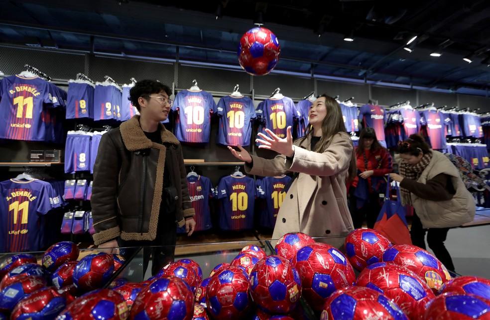 ... Loja do Barcelona no Camp Nou atrai centenas de turistas diariamente —  Foto  Reuters 799e31df49705