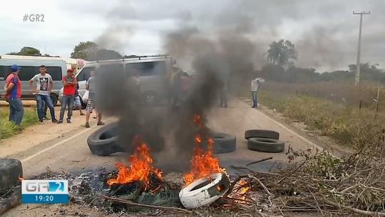 Motoristas de topiques bloqueiam rodovia que liga o Sertão de PE ao CE em protesto a fiscalização da ANTT
