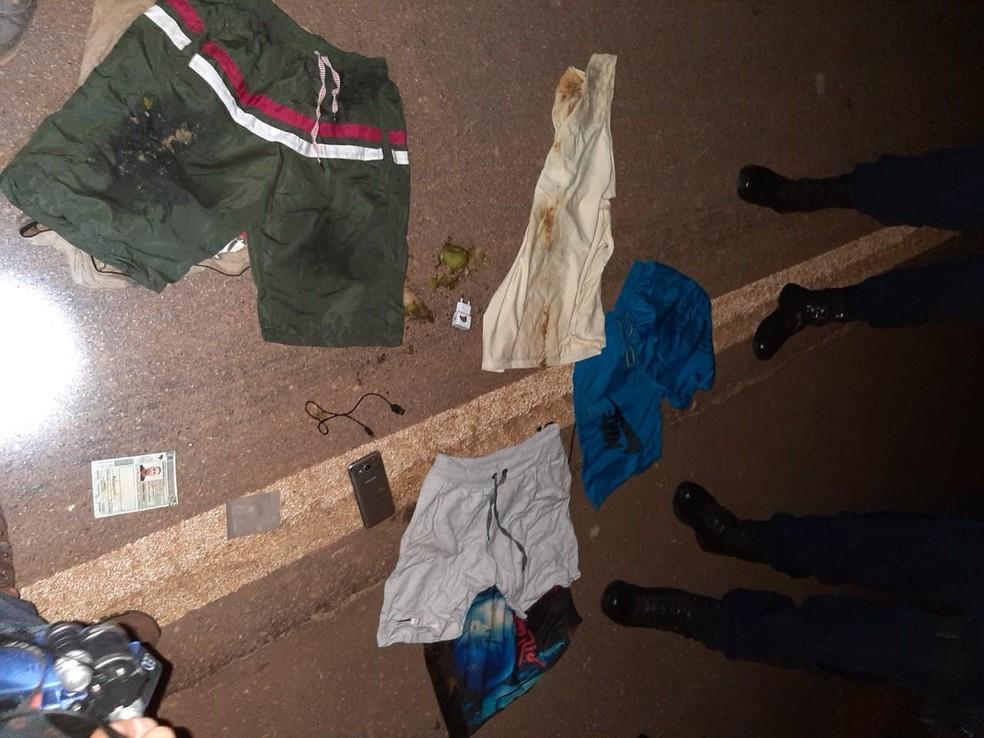 Roupas da vítima ficaram jogadas na BR-319 após atropelamento em Rondônia — Foto: PRF/Divulgação
