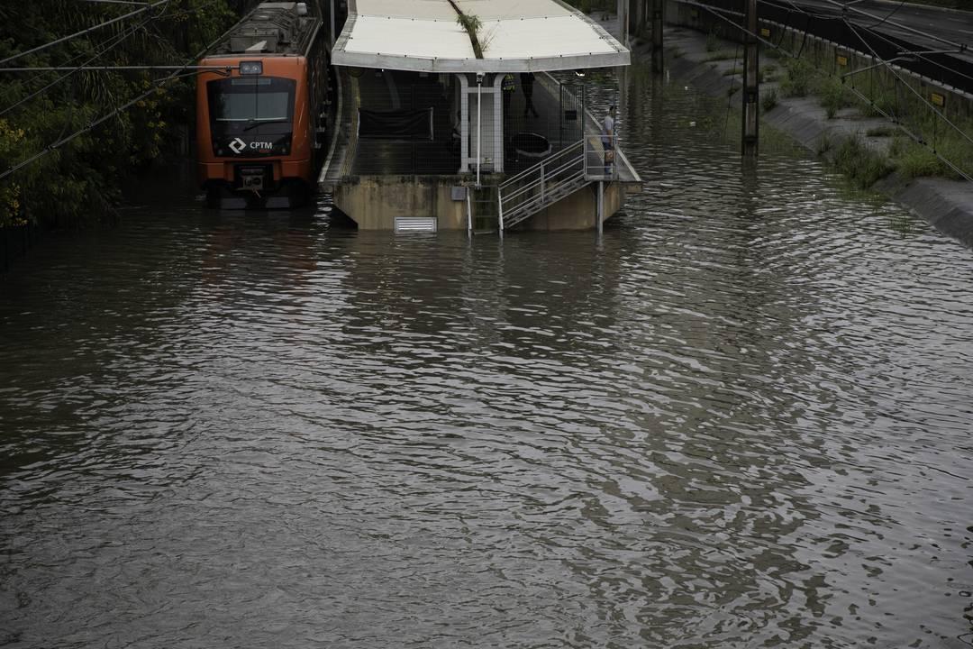 Circulação de trens da linha 9 Esmeralda da CPTM ficou suspensa na manhã desta segunda-feira (10) após transbordamento do rio Pinheiros