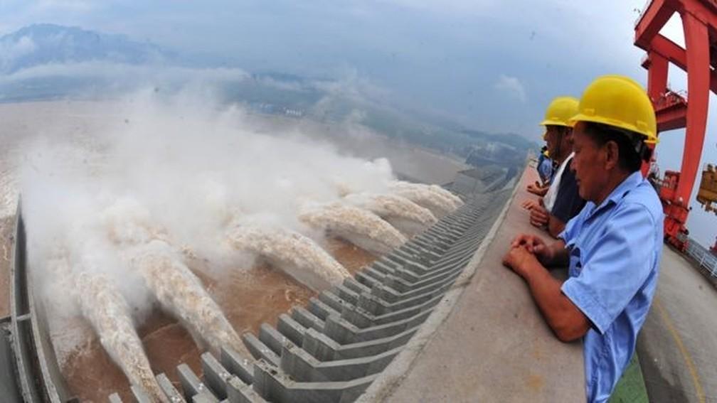 A barragem das Três Gargantas, no rio Yangtze, é um exemplo de como a China busca satisfazer sua demanda energética — Foto: Getty Images via BBC
