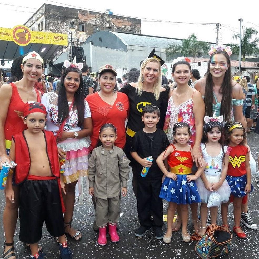 Criança perto dos amigos com a fantasia de bombeiro (Foto: Graziela Rezende/G1 MS)