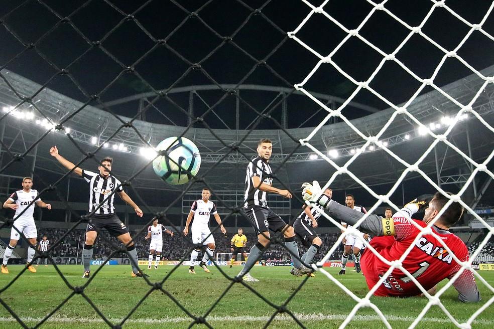 Victor não consegue segurar cabeceio de Roger, no estádio Nilton Santos (Foto: Vitor Silva / SS Press / Botafogo)