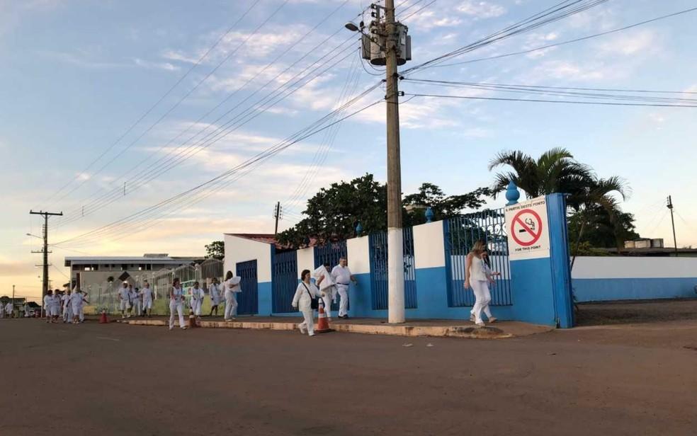 Brasileiros e estrangeiros chegam à Casa Dom Inácio de Loyola em Abadiânia, Goiás — Foto: Murillo Velasco/ G1