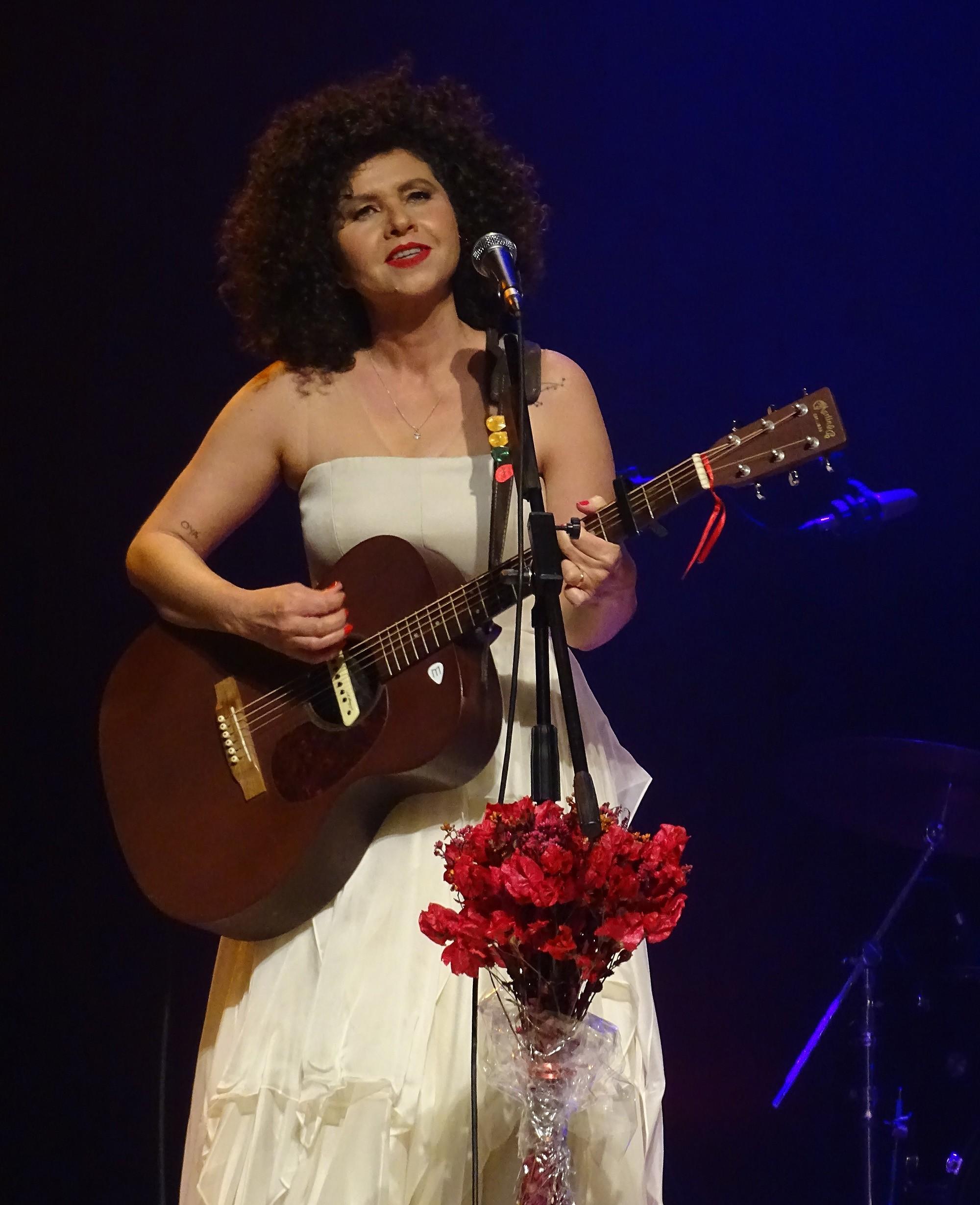 Roberta Campos se escora no apelo de canções afáveis em show pautado por leveza linear