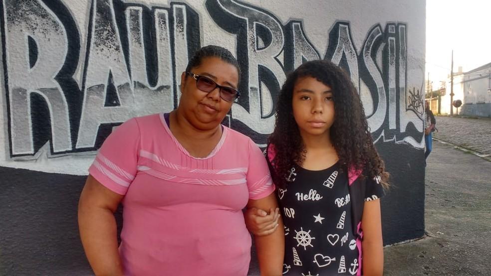 Mãe levou a filha para a Escola Raul Brasil — Foto: Maiara Barbosa/G1