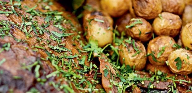 Pernil de cordeiro e batatas assadas com alecrim (Foto: Casa e Comida)