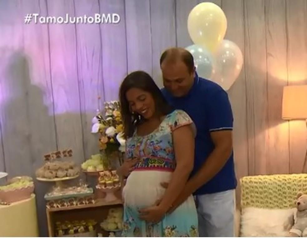 Pollyanna e o marido no Chá de fraldas em Salvador — Foto: Reprodução/ TV Bahia