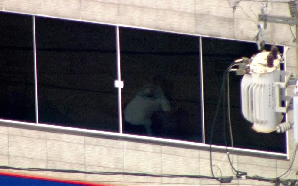 Homem faz refém após ataque a carro-forte em SP (Foto: Reprodução/GloboNews)