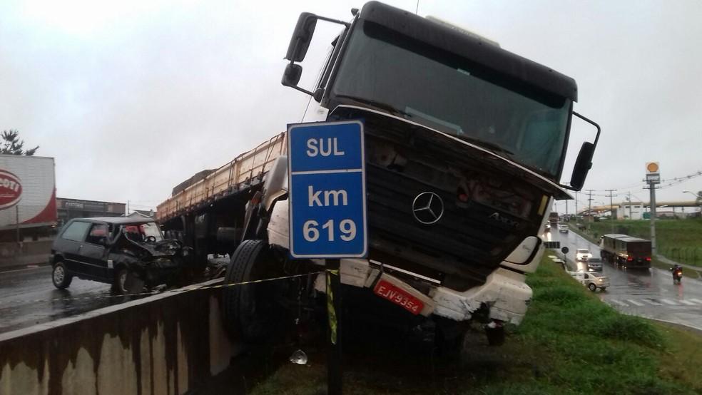 Carreta invadiu pista contrária na BR-376 (Foto: PRF/Divulgação)