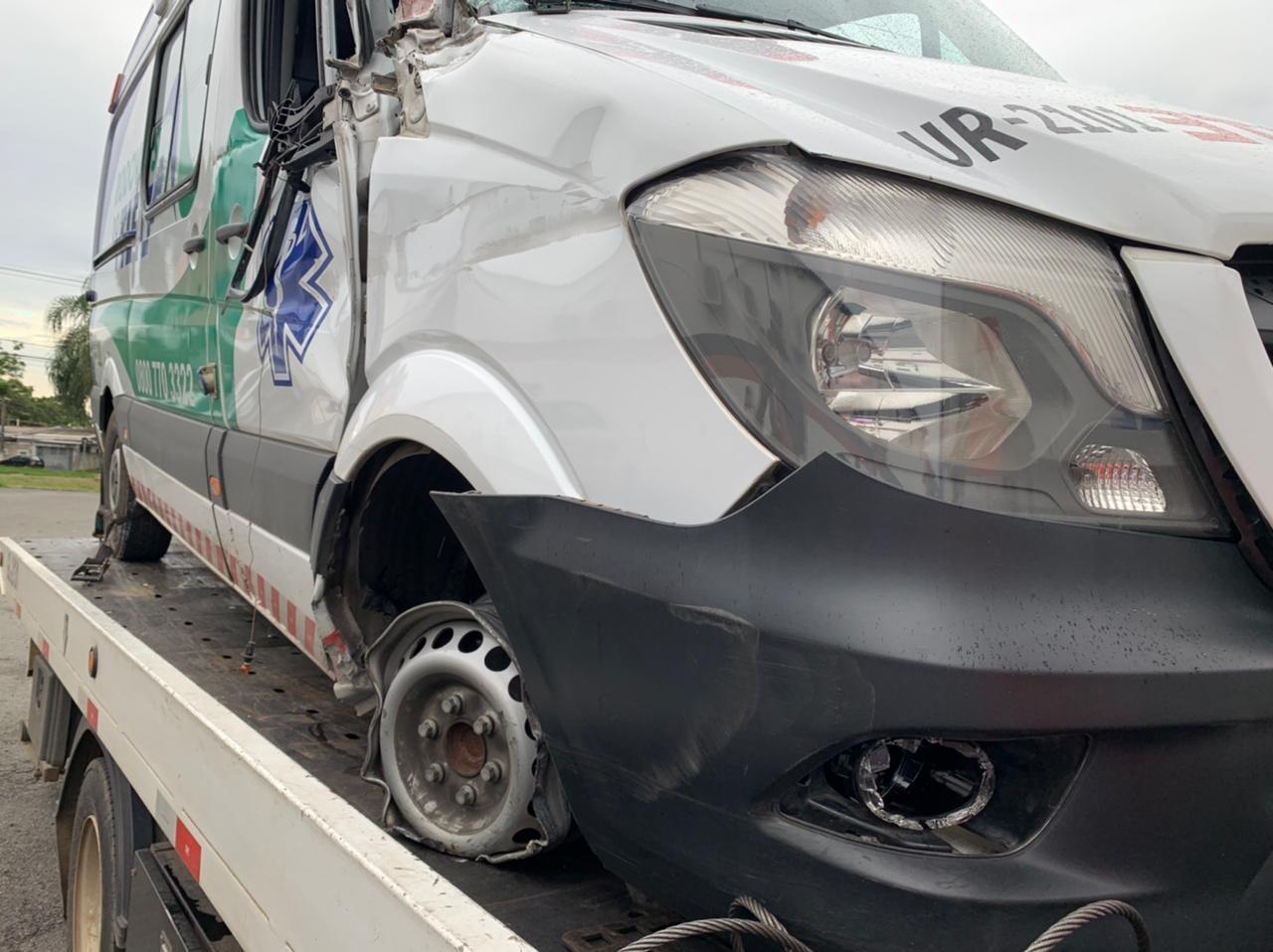 Homem furta ambulância, foge em alta velocidade e é preso após causar acidente em Campinas