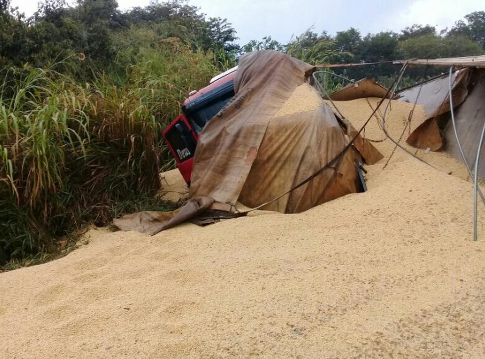 -  Carga de soja, que era transportada pela carreta, caiu na pista, que precisou ser interditada  Foto: Samu/Divulgação