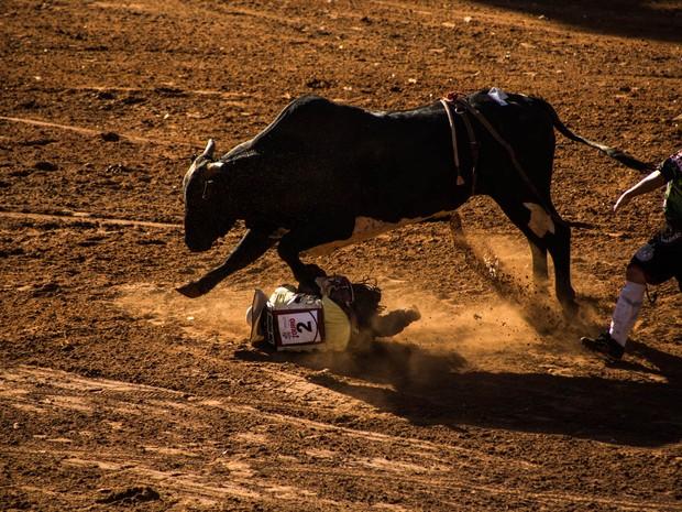 Após a queda, o peão Vitor Lambert Rodrigues foi atropelado pelo touro (Foto: Mateus Rigola/G1)