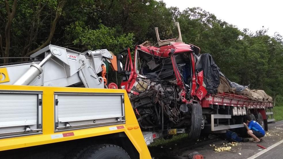 Suspeita é de que o caminhão tem perdido o freio ou estava com excesso de peso (Foto: PRF/Divulgação)