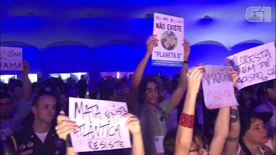 Ricardo Salles é vaiado na Semana do Clima em Salvador