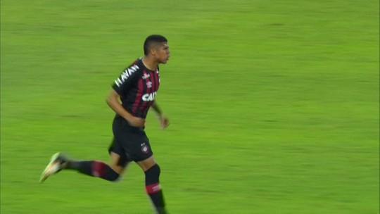 Em posição mais confortável, Bergson chega a segundo gol pelo Atlético-PR