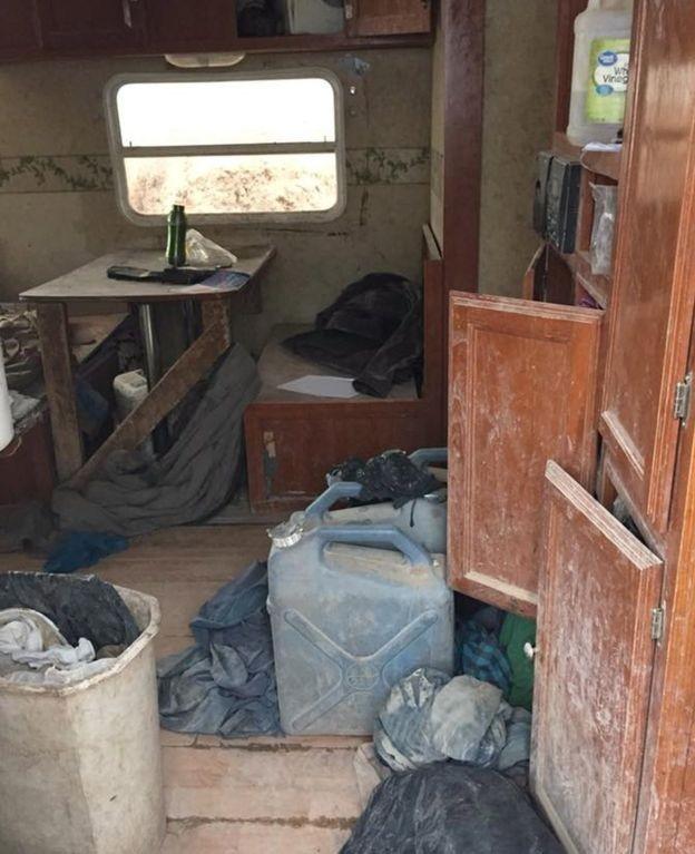 Interior do acampamento onde 11 crianças foram encontradas no Novo México (Foto: EPA via BBC)