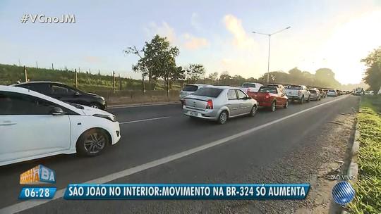 BR-324 tem congestionamento na saída de Salvador e pedágio; estradas baianas registram fluxo intenso