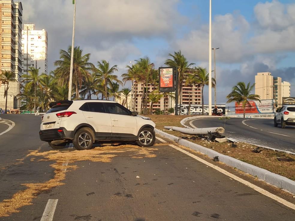 Motorista perde o controle e bate em poste na Avenida dos Holandeses em São Luís — Foto: Douglas Pinto/Grupo Mirante