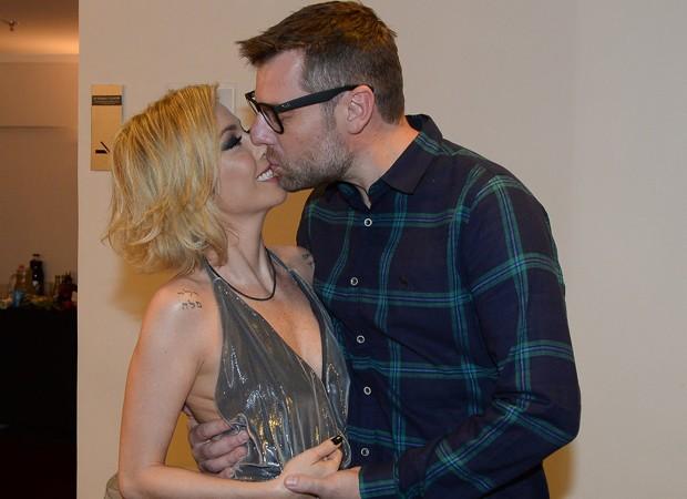 Luiza Possi beija noivo no camarim de seu show em São Paulo  (Foto: AGNews/Francisco Cepeda)